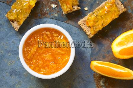 orangenmarmelade in der schuessel