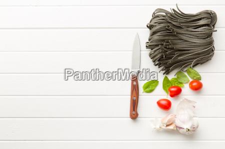nudeln knoblauch tomaten und basilikumblaetter