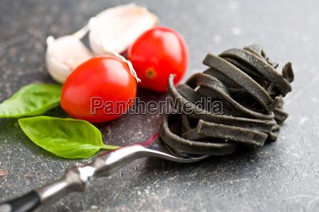 blatt baumblatt nudeln italiener basilikum knoblauch