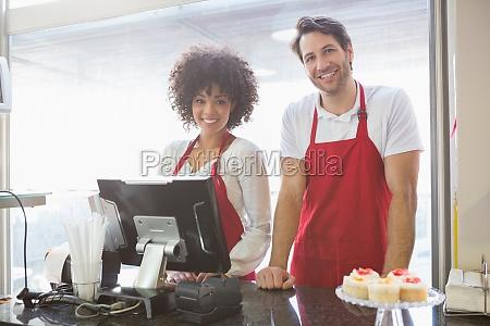 frau cafe restaurant kasse lachen lacht