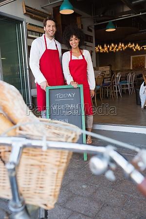glückliche, mitarbeiter, posieren, hinter, einer, tafel - 15508609