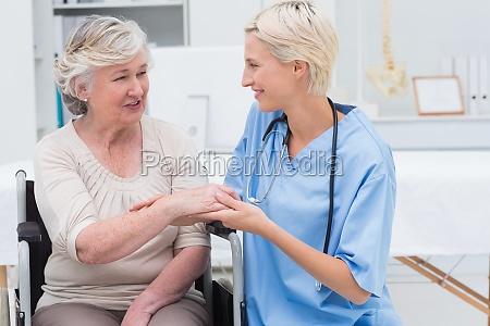 weibliche krankenschwester ueberprueft flexibilitaet der patienten
