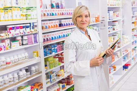 serious apotheker halten zwischenablage