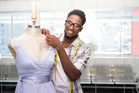 maennliche modedesignerin und schaufensterpuppe