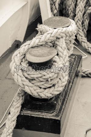 seil an poller segelboot gebunden