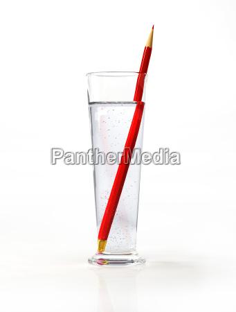 grosses glas wasser mit einem roten