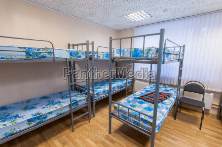 etagenmetallbetten in hostelzimmer