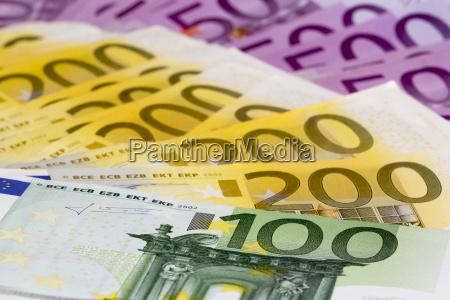 makro stapel geld mit 100 200