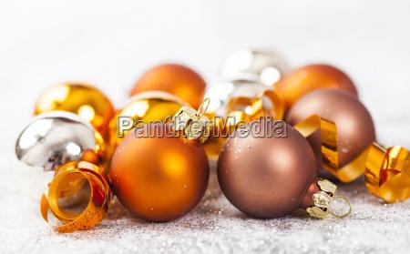 silberne und goldene weihnachtskugeln