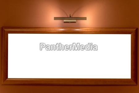 bilderrahmen von lampe beleuchtet an der