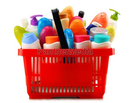 warenkorb mit koerperpflege und beauty produkte