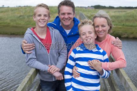 glueckliche viererfamilie
