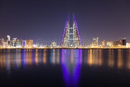 skyline von manama in der nacht
