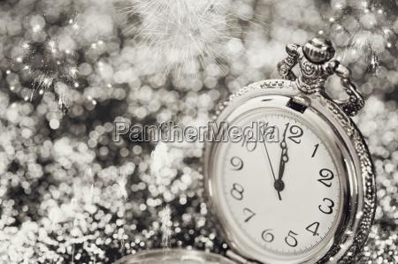 alte uhr zeigt mitternacht neujahr