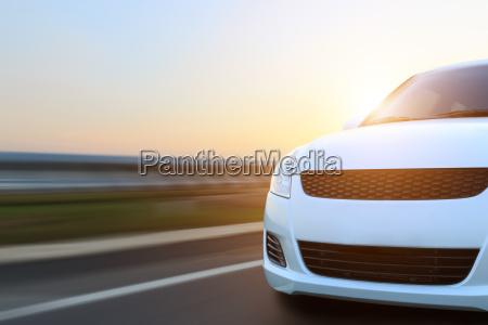 bewegung fahrzeuggeschwindigkeit auf asphalt bei sonnenuntergang