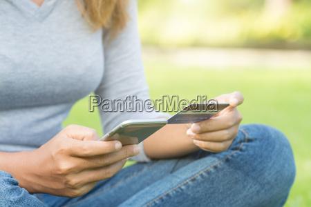 online frauen halten telefon und kreditkartenkauf
