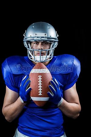 portraet von zuversichtlich american football spieler