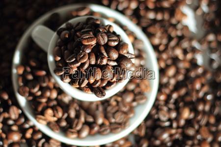 kaffeebohnen in espressotasse