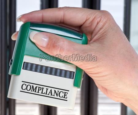 compliance stempel mit weiblicher hand im