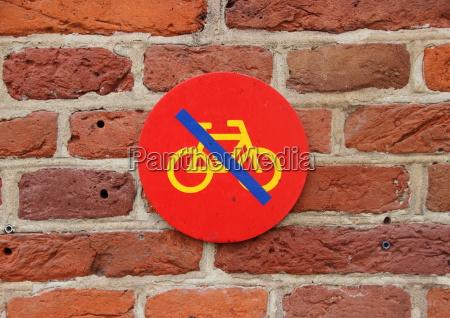 kein fahrrad parken zeichen auf rot