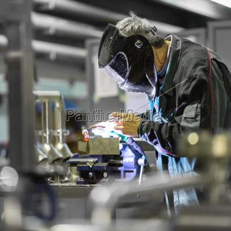 industriearbeiter schweissen in metall fabrik