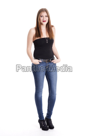 junge frau in jeans mit haenden