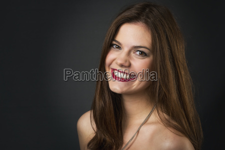 geschminkte brunette young woman portrait
