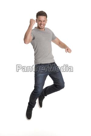 junger mann macht einen freudensprung