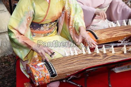 japanische frauen spielen das traditionelle musikinstrument