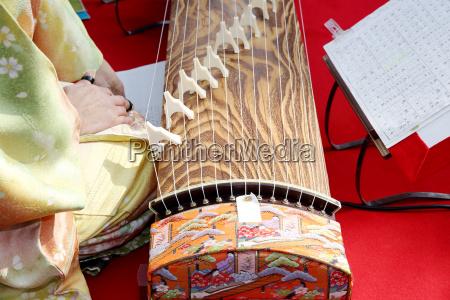 japanische frau die traditionelle instrument spielen
