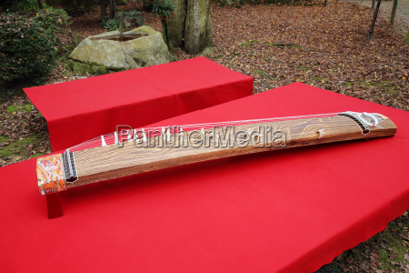 traditionelles japanisches musikinstrument koto