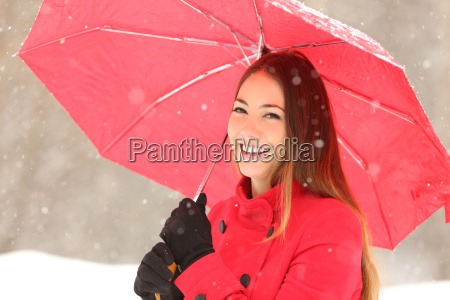 schoenheitsfrau im roten im winter