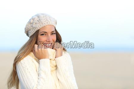 kobieta usmiecha sie cieplo ubrany w