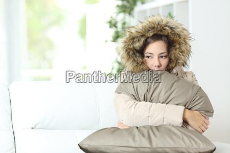 frau warm in einem kalten hause