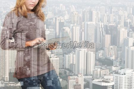 doppelbelichtung der frau mit tablet technologie