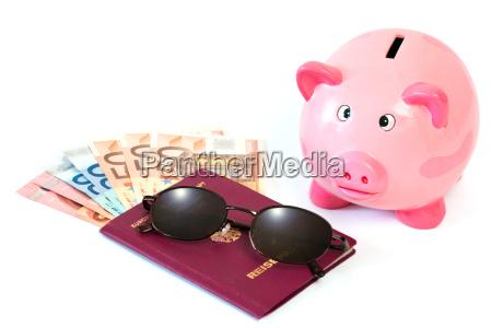 reisepass mit geld und sparschwein