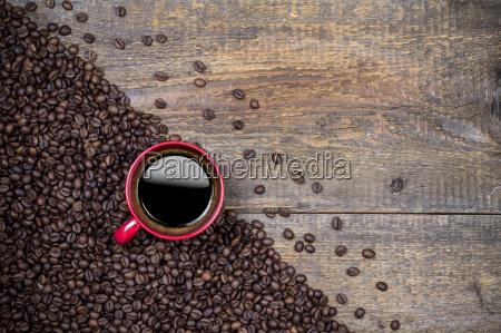 kaffeebohnen und roten kaffeetasse