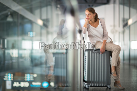 junge weibliche passagiere am flughafen
