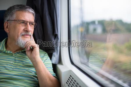 senior mann mit einem zugreise geniessen