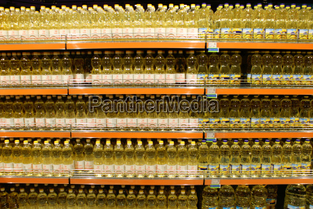sonnenblumenoel in den regalen des supermarktes