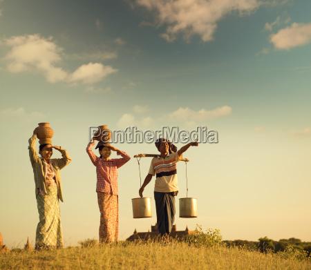 gruppe asiatische burmesische traditionelle bauern in