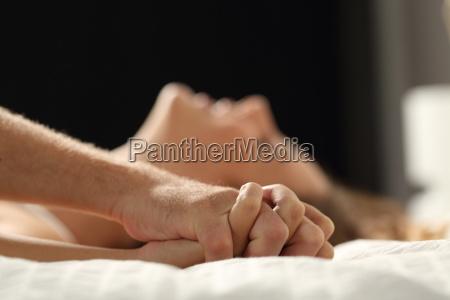 coppia fare sesso su un letto