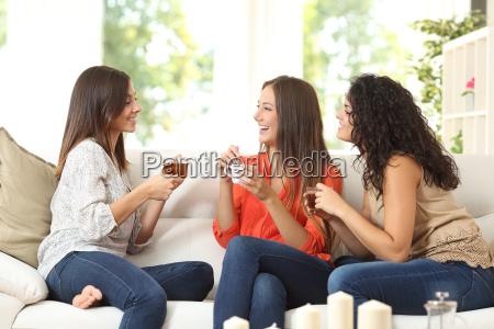 drei freunde die zu hause sprechen