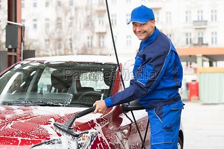 arbeiter waschen auto am tankstelle