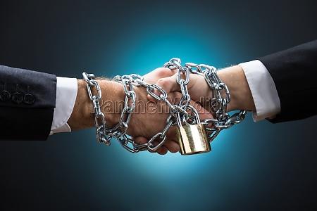 chained geschaeftsleute haendeschuetteln