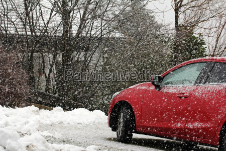 winterlicher strassenverkehr starker schneefall ist fuer