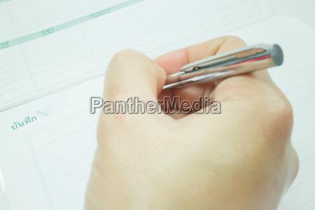 hand auf metallischen stift schreib auf