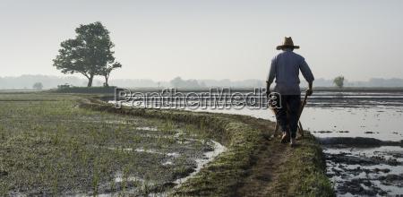 ein landwirt der einen schubkarren bei