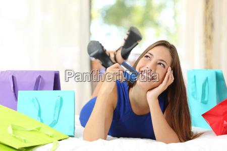 maedchen die eine kreditkarte zu denken