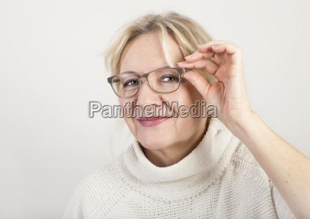 aeltere frau mit brille